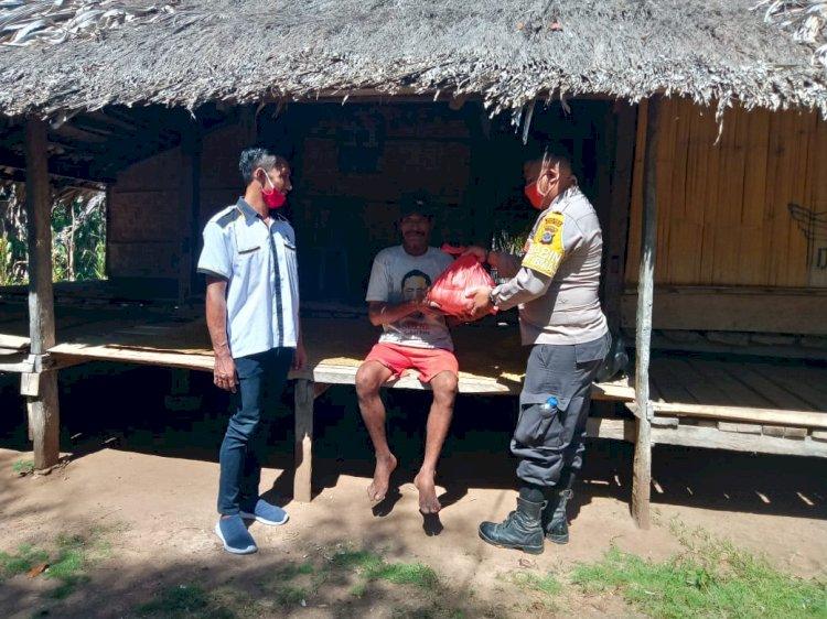 Polsek Wula Waijelu Door to Door ke Rumah Warga Beri Bantuan Sembako