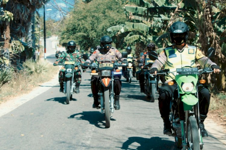 Gunakan Motor Trail Kapolres Sumba Timur Antar Bansos Langsung ke Masyarakat