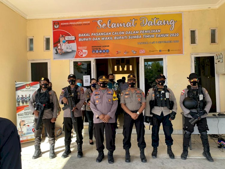 Ratusan Personel Polres dan Brimob Amankan Pendaftaran Bapaslon SEHATI di KPUD Sumba Timur