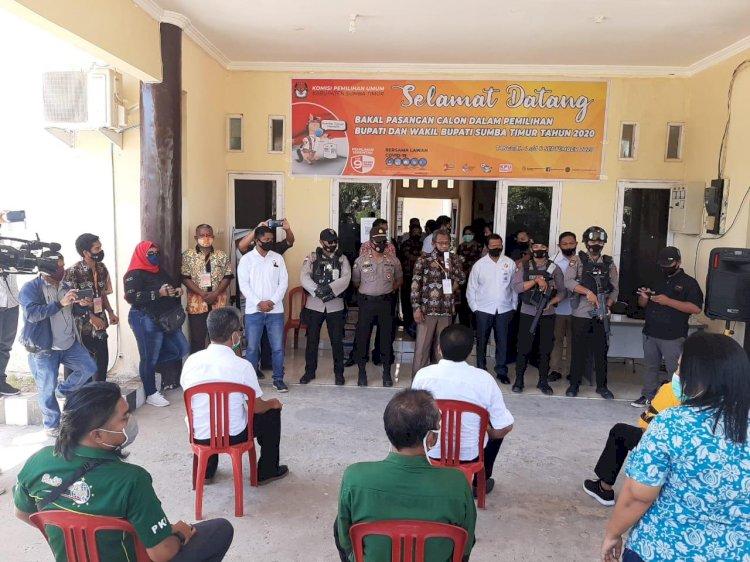 Gabungan Personel Polres dan Brimob Kawal Pendaftaran Bapaslon ULP-YHW di KPUD