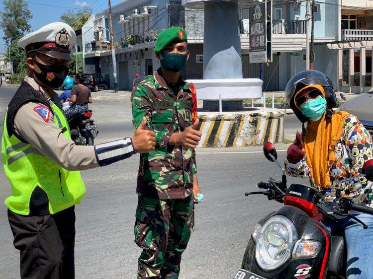 Sinergi TNI - Polri di Sumba Timur Bagi Masker Serentak