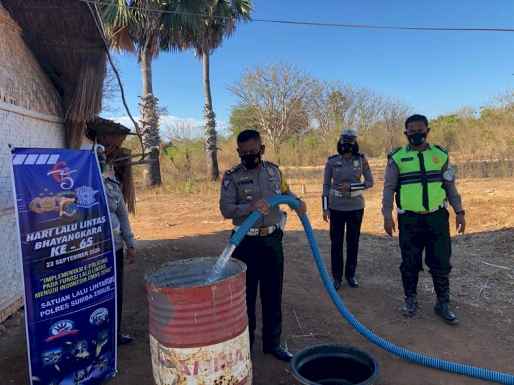 Pademi Covid 19, Satlantas Polres Sumba Timur Bagi Air Bersih Kepada Warga