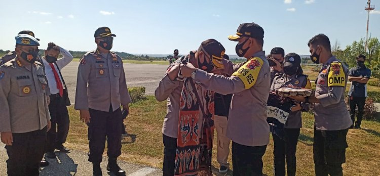 Kunker di Polres Sumba Timur Kapolda NTT Disambut Dengan Pengalungan Kain Adat
