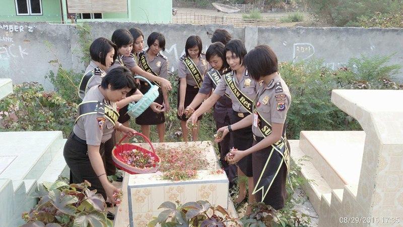 Sambut Hut ke-68, Polwan Polres Sumba Timur Laksanakan Ziarah Ke Makam Senior Polwan