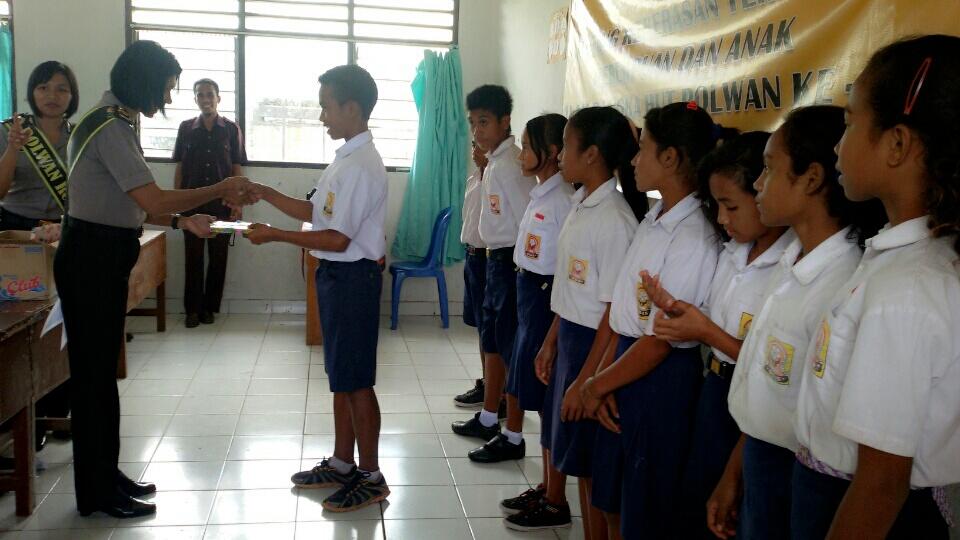 Polwan Polres Sumba Timur Beri Penyuluhan PPA Kepada Siswa Siswi SMP N 1 Wanggai