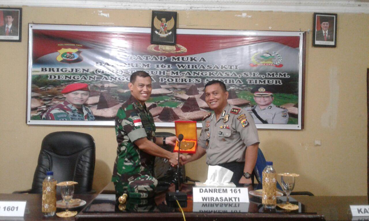 Tatap Muka Dengan Anggota Polres Sumba Timur, Dandrem 161 Wirasakti :  Indonesia  bisa berdiri kokoh karena TNI-Polri bisa menjaga soliditas dan kekompakan
