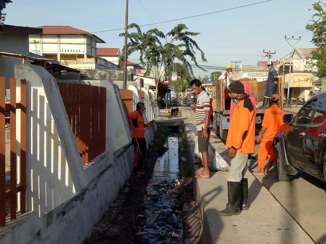Saling bahu membahu, Polres Sumba Timur bersama masyarakat kerja bhakti bersihkan kompleks pasar inpres matawai