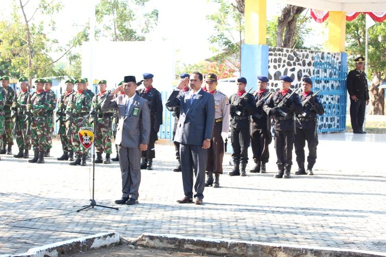 Ketua Pengadilan Negeri Waingapu Pimpin Upacara Ziarah Nasional di Taman Makam Pahlawan Umbu Ndawa Kareuk Dalam Rangka Memperingati HUT RI ke 73