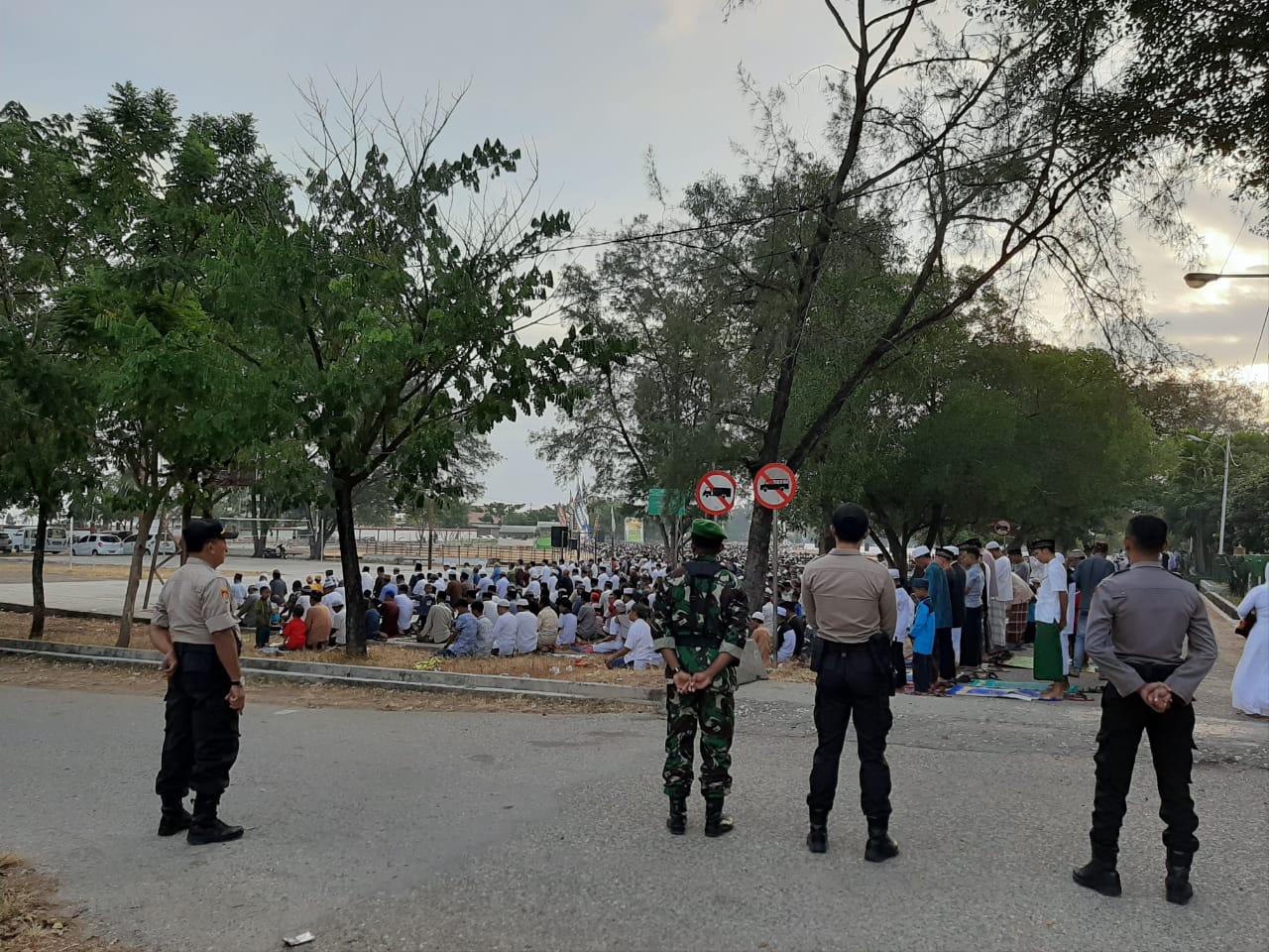Sinergi TNI Polri di Sumba Timur Amankan Pelaksanaan Sholad Idul Fitri