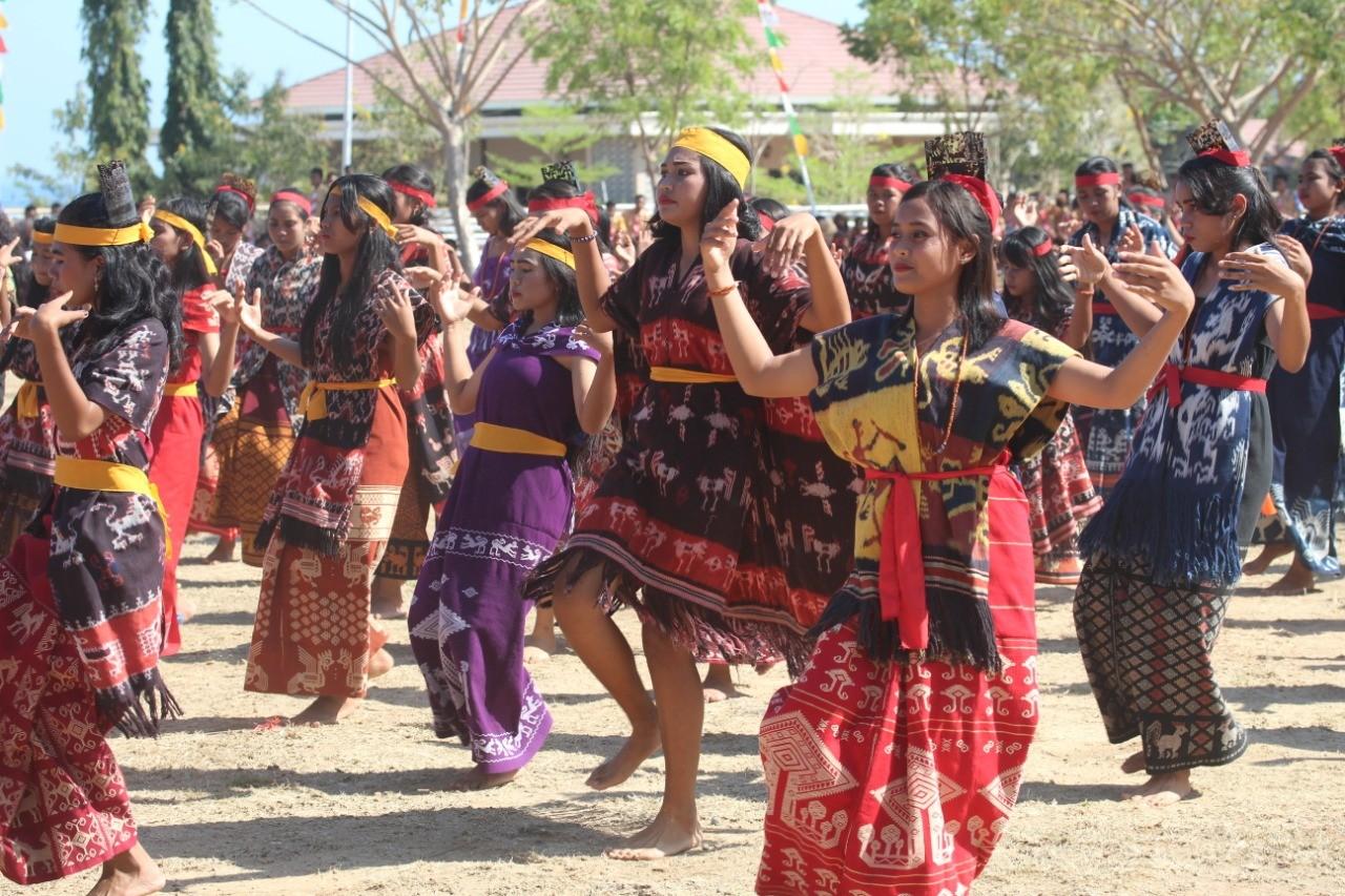 Para siswa siswi SMA 1 Pandawai saat membawakan tarian adat Sumba Timur (Dok. humas resST)