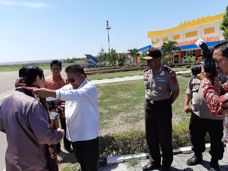 Wakapolda NTT Turut Serta Sambut Kedatangan Menteri Luhut di Sumba Timur