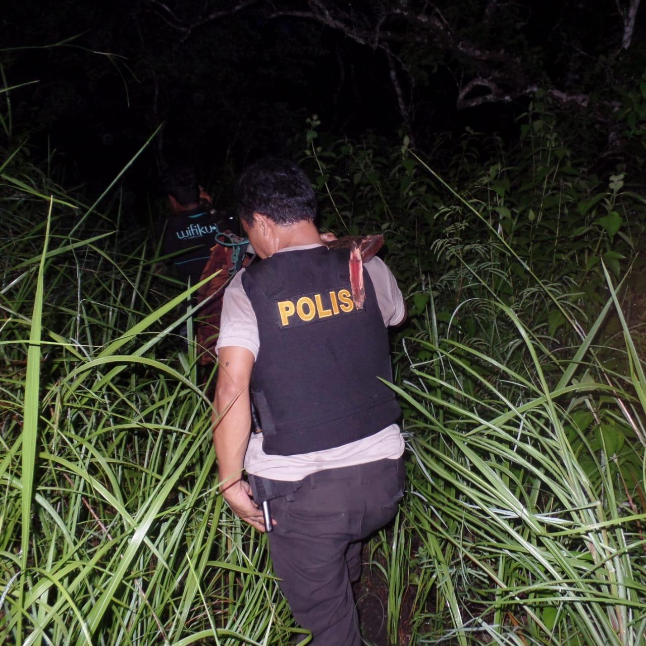 Polsek Umalulu Bantu Evakuasi Korban Terseret Banjir di Air Terjun Waimarang