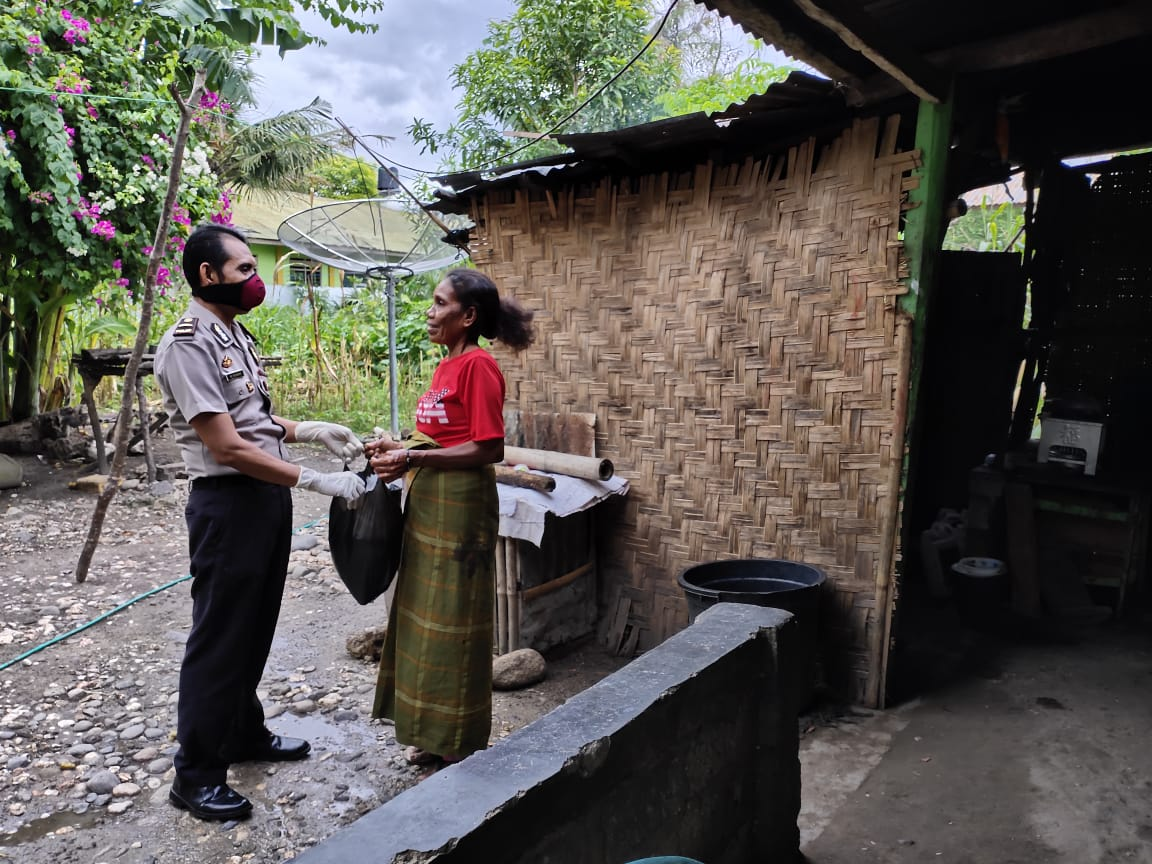 Lagi, Polres Sumba Timur Beri Bantuan Sembako Kepada Masyarakat